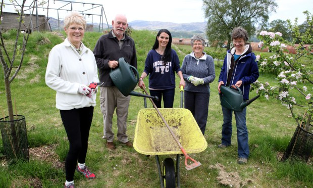 Members of Comrie Community   Dot Dahl Derek Robertson with Gayle Ritchie: Di McNab and Fiona Palmer Pic Phil Hannah Pic Phil Hannah